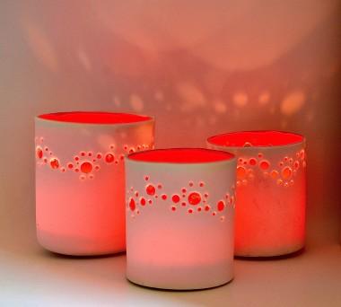 drie rode lampjes met gaatjes