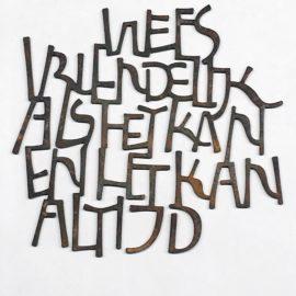 Kalligrafie in cortenstaal - cluster van letters