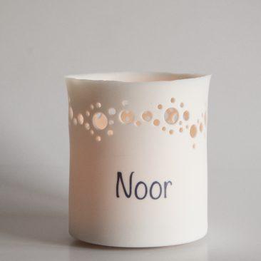 Handgemaakt porseleinen theelichtje met voornaam als geboortegeschenk