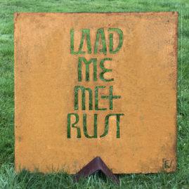 Kalligrafie in cortenstaal - LAAD ME MET RUST